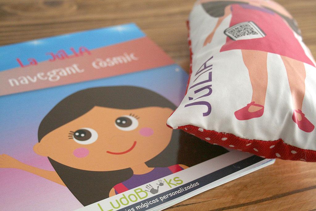 libro y muñeca