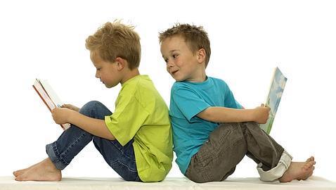 niños leyendo - Regalos personalizados para gemelos o mellizos - LudoBooks